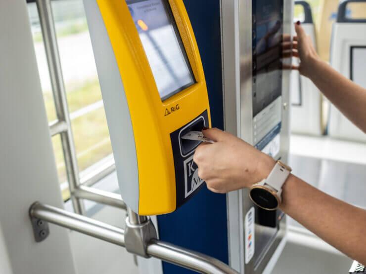 Osoba kasująca bilet